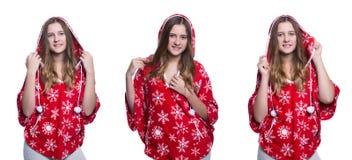 Belle adolescente gaie posant dans le studio Hoodie rouge de port d'hiver avec des flocons de neige D'isolement sur le fond blanc Photographie stock