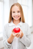 Belle adolescente montrant le coeur rouge Photos libres de droits