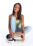 Belle adolescente noire avec des livres d'école Images libres de droits