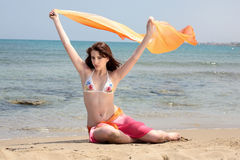 Belle adolescente sur la plage image stock