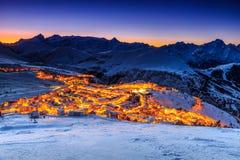 Belle alba e stazione sciistica nelle alpi francesi, Europa Fotografia Stock Libera da Diritti