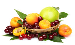 Belle albicocca, ciliegia e mela in un cestino Fotografia Stock