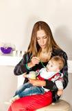 Belle alimentation de maman de bbabe image stock