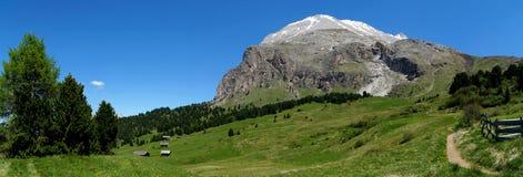 Belle alpe e montagne panoramiche idilliache nelle dolomia Immagini Stock