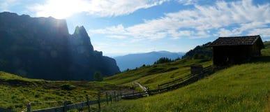 Belle alpe e montagne panoramiche idilliache nelle dolomia Immagine Stock