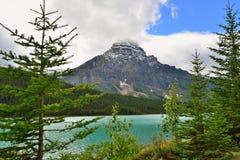 Belle alte montagne delle Montagne Rocciose canadesi e di un fiume alpino lungo la strada panoramica di Icefields fra Banff ed il Immagini Stock
