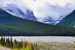 Belle alte montagne delle Montagne Rocciose canadesi e di un fiume alpino lungo la strada panoramica di Icefields fra Banff ed il Fotografia Stock
