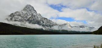 Belle alte montagne delle Montagne Rocciose canadesi e di un fiume alpino lungo la strada panoramica di Icefields fra Banff ed il Fotografie Stock Libere da Diritti