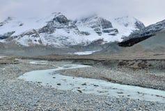 Belle alte montagne delle Montagne Rocciose canadesi e di un fiume alpino lungo la strada panoramica di Icefields fra Banff ed il Immagine Stock