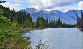 Belle alte montagne delle Montagne Rocciose canadesi e di un fiume alpino lungo la strada panoramica di Icefields fra Banff ed il Fotografie Stock