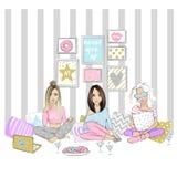 Belle amiche su un pigiama party Metta con le ragazze sveglie La VE Immagine Stock