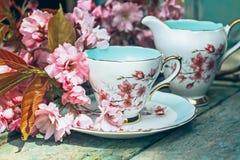 Belle, anglais, la tasse de thé de vintage avec le cerisier japonais fleurit photographie stock libre de droits
