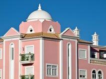 Belle architecture au Portugal, maison avec une façade rose photographie stock