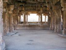 Belle architecture de colonnes des ruines antiques de temple dans Hampi Images libres de droits