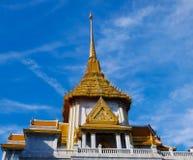 Belle architecture de Wat Trai Mit et bleu de ciel photo stock
