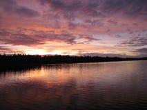Belle aube rose sur le lac Photos libres de droits