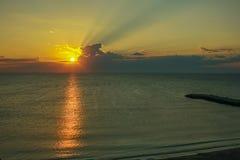 Belle aube tôt en mer Images libres de droits