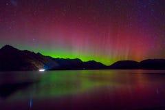 Belle Aurora Australis et manière laiteuse au-dessus de lac Wakatipu, Kinloch, île du sud du Nouvelle-Zélande photos libres de droits