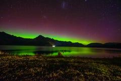 Belle Aurora Australis et manière laiteuse au-dessus de lac Wakatipu, Kinloch, île du sud du Nouvelle-Zélande photo libre de droits