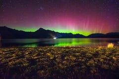 Belle Aurora Australis et manière laiteuse au-dessus de lac Wakatipu, Kinloch, île du sud du Nouvelle-Zélande image libre de droits
