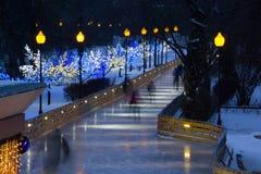 Belle avenue de patinage en parc central de Moscou pendant l'hiver Image libre de droits