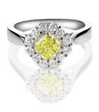 Belle bague à diamant avec le jaune jaune canari ou la pierre centrale de topaze Photographie stock