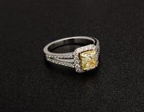 Belle bague à diamant d'isolement sur le fond noir Image stock