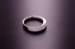 Belle bague à diamant d'isolement sur le fond noir Photo libre de droits