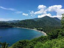 Belle baie avec des montagnes dans Lombok, Indonésie Images libres de droits