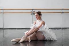 Belle ballerine posant dans la classe de ballet Photos stock