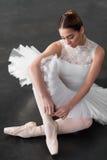 Belle ballerine posant dans la classe de ballet Photographie stock