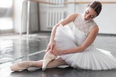 Belle ballerine posant dans la classe de ballet Photographie stock libre de droits
