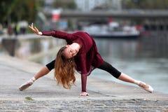 Belle ballerine sur la rue photographie stock