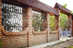 Belle barrière de brique et en métal avec la porte et porte de barrière moderne Ideas en métal de conception de style image libre de droits