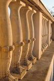 Belle barrière en pierre dans un style classique avec une balustrade Image libre de droits