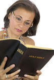 Belle bible de lecture de femme image stock
