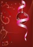 Belle bille de Noël sur un fond rouge. Images libres de droits