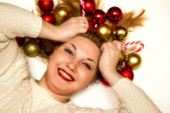 Belle blonde avec des sucreries de Noël se trouvant sur un backg blanc Photos libres de droits