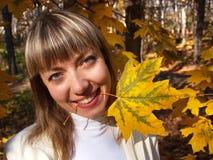 Belle blonde avec la lame dans la forêt d'automne photos stock
