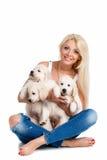 Belle blonde avec un petit chiot blanc de Labrador Image libre de droits