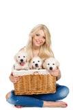 Belle blonde avec un petit chiot blanc de Labrador Image stock