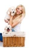 Belle blonde avec un petit chiot blanc de Labrador Photographie stock