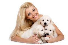 Belle blonde avec un petit chiot blanc de Labrador Photos stock