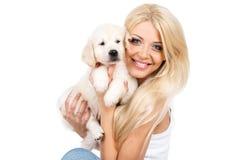 Belle blonde avec un petit chiot blanc de Labrador Images stock