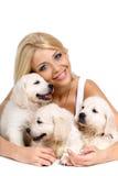 Belle blonde avec un petit chiot blanc de Labrador Images libres de droits