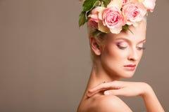 Belle blonde avec une guirlande des fleurs Image libre de droits
