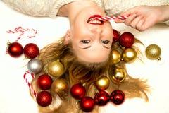 Belle blonde avec une sucrerie de Noël se trouvant sur un backgro blanc Images libres de droits