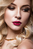 Belle blonde d'une façon de Hollywood avec des boucles Photo stock