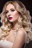 Belle blonde d'une façon de Hollywood avec des boucles Image libre de droits