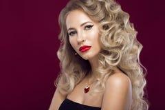 Belle blonde d'une façon de Hollywood avec des boucles, lèvres rouges Visage de beauté Images libres de droits